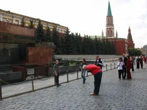 """.Félix José Hernández, frente al mausoleo de Lenin en la Plaza Roja de Moscú, fingiendo reverenciar al """"lider de la revolución mundial"""".."""