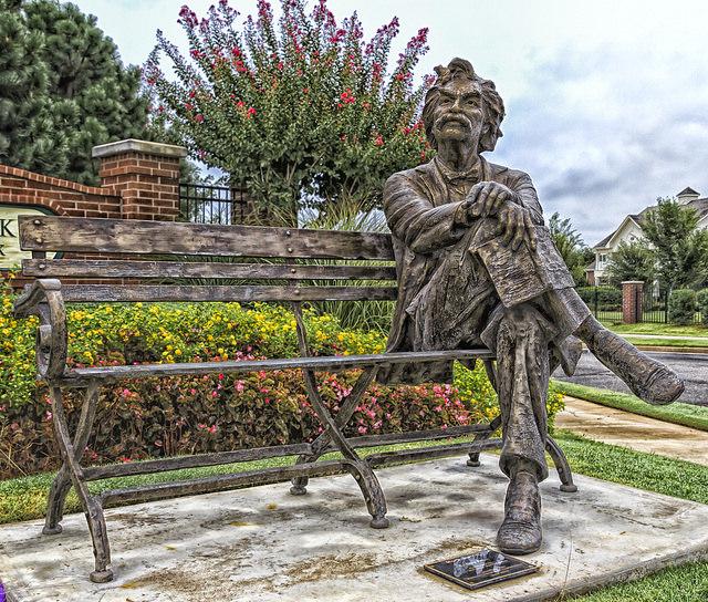 """Mark Twain: """"Ni la vida, ni la libertad, ni la propiedad de ningún hombre está a salvo cuando el legislativo está reunido"""". Foto: Escultura de Twain, Edmond, Oklahoma, retratada por Kool Cats."""