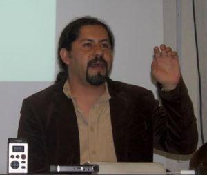 El artista visual y profesor del Instituto de Artes de la Universidad Autónoma del Estado de Hidalgo, Miguel Ledezma, durante su disertación sobre los monumentos.